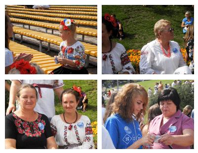Посетители фестиваля с фирменными наклейками с логотипом АТЛАНТ